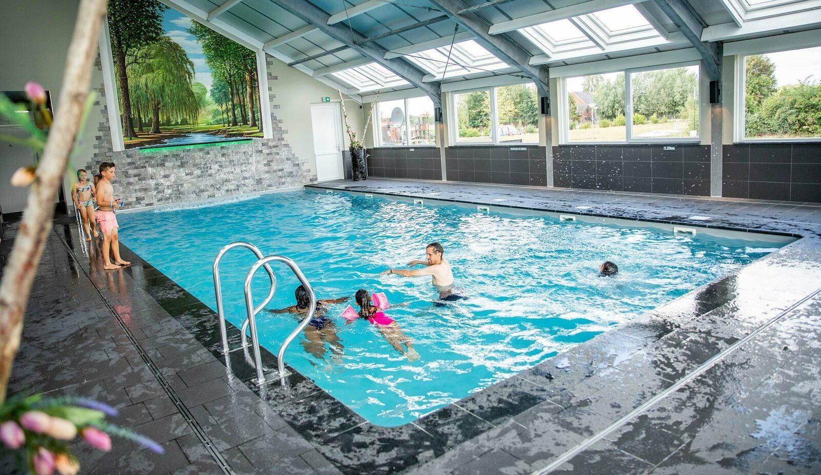Zwembad op vakantiepark