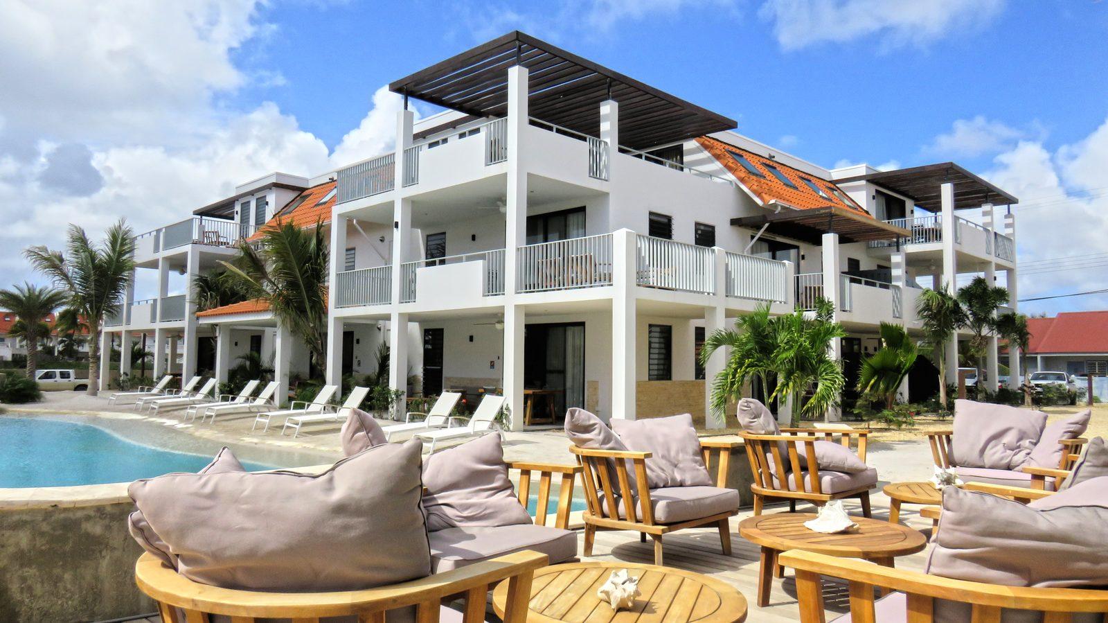 Un bar à Bonaire? Vous pouvez également le trouver au Resort Bonaire. Nous avons un bar à cocktails attenant à la piscine, juste à côté de la plage de sable fin. Prenez un verre et mangez un morceau avec nous.