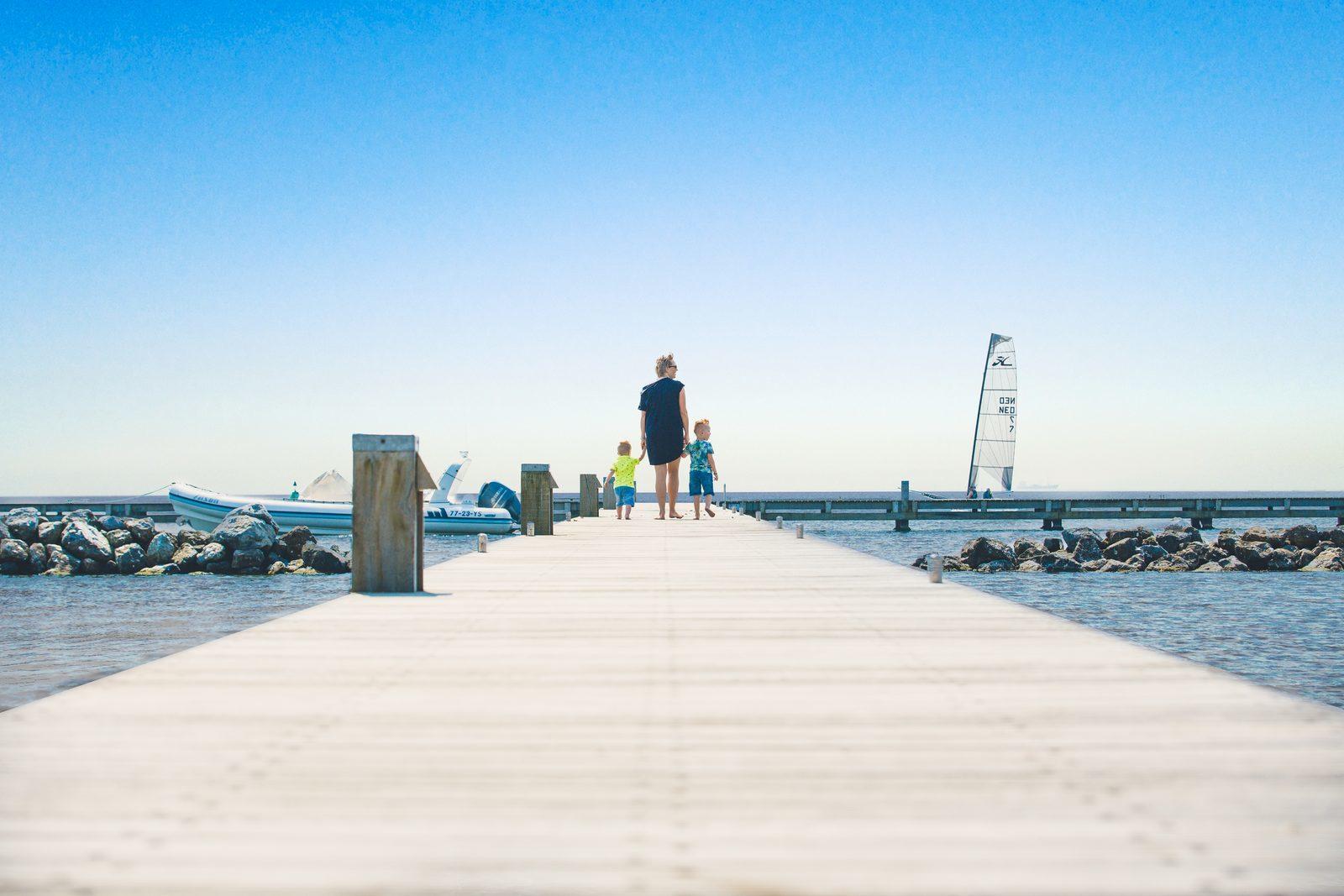 Gezin op de steiger van het Grevelingenmeer