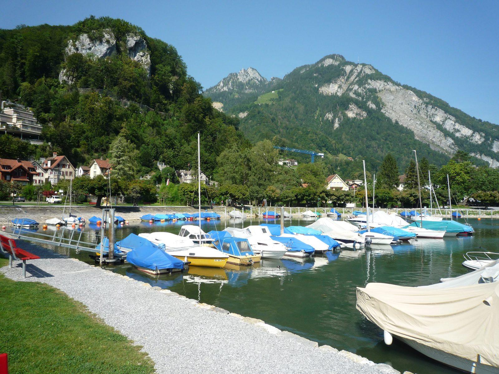 Die Apartments im Resort Walensee Schweiz liegen direkt am klaren Wasser, das eine magische Anziehung auf Wassersportfans ausübt