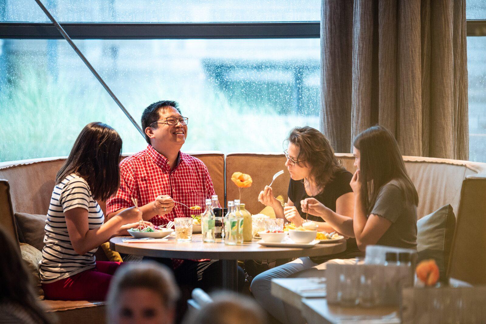 Familie aan het dineren bij Punt-West