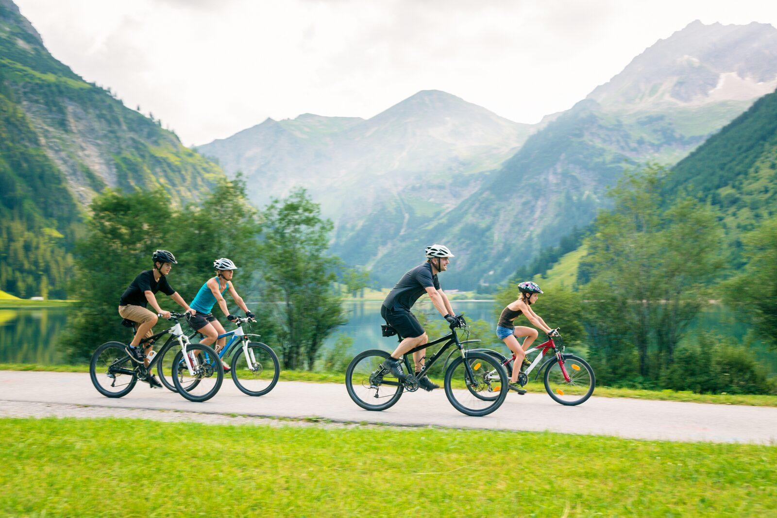 Familie op de mountainbike