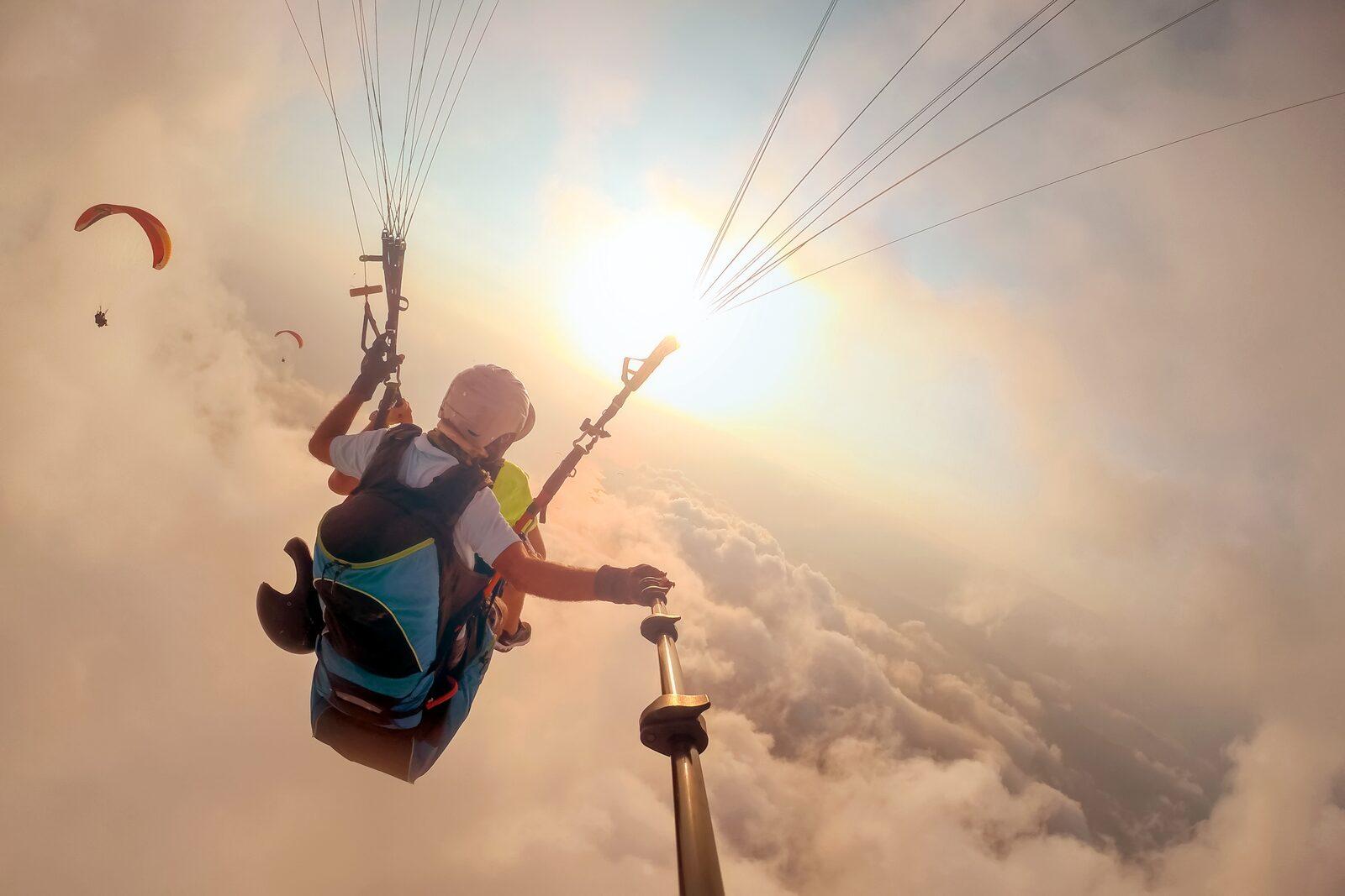 Paraglider vliegt in de wolken